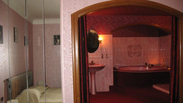avec sa salle de bain immense et sa grande baignoire ronde